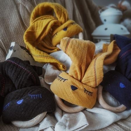 Hi Little One Przytulanka muślinowa z gryzakiem Sleepy Bunny musztardowa