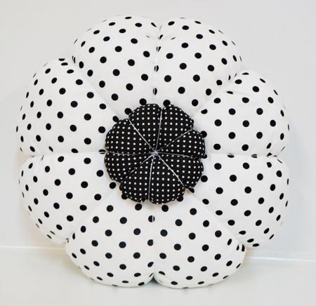 Poduszka Kwiatek biała w czarne kropeczki, Dolly